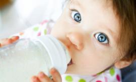 Kūdikis neima buteliuko