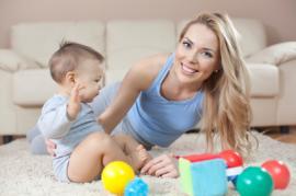 Pagalba prižiūrint vaiką kūdikį po gimdymo - ar samdyti auklę?