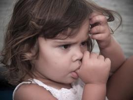 Vaikas čiulpia pirštą