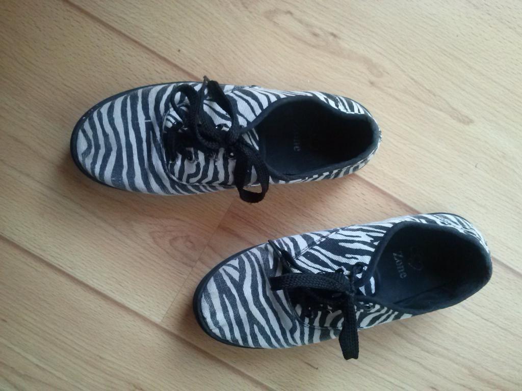 Dryžuoti lengvi laisvalaikio su raišteliais batai