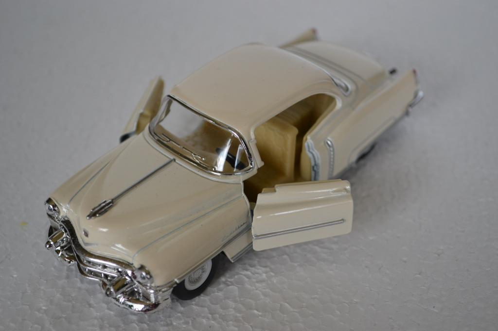 Mašinos modelis šviečiantis