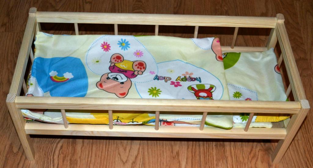 Medinė lovytė lėlei su patalėliais