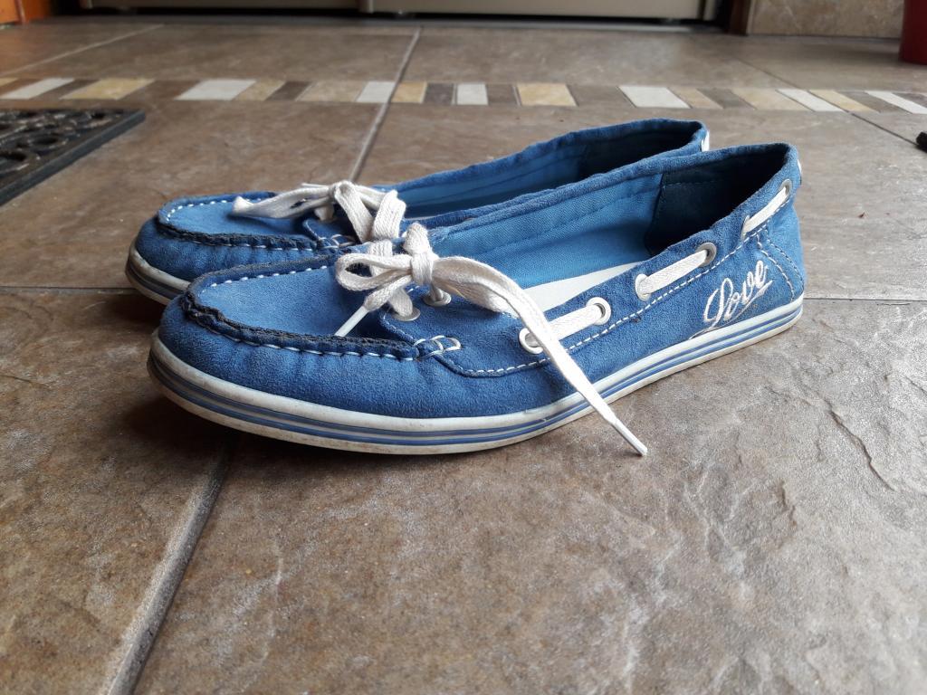 Dėvėti mėlyni batukai