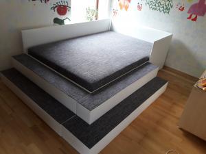 Dvigulė lova su šoniais laiptais