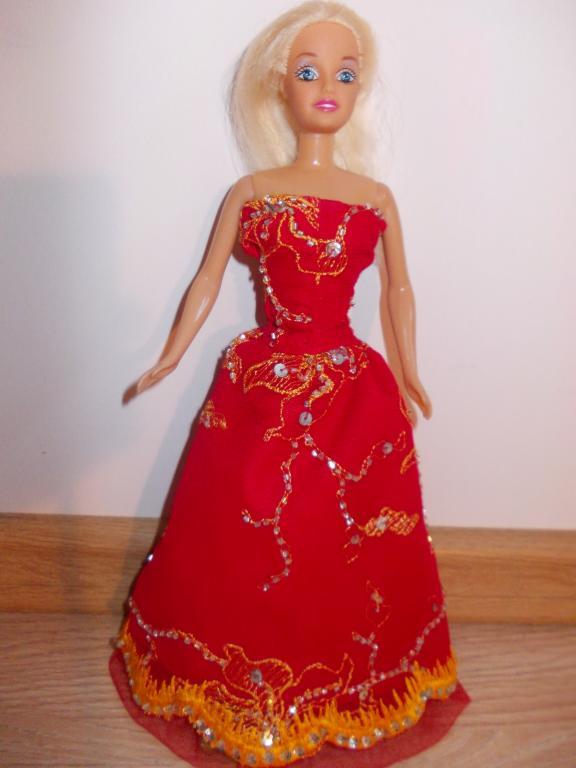 Raudona puosni lelytes barbes suknele