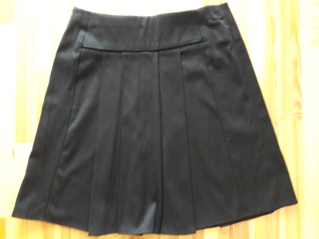 Juodas mokyklinis sijonas