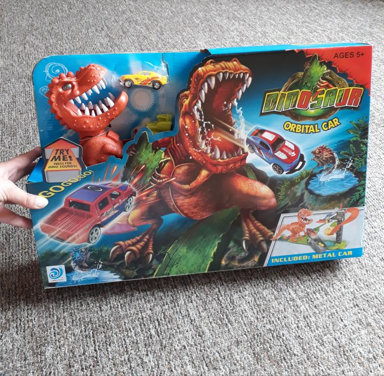 Grojanti dinozauro trasa su dviem metaliniais modeliukais