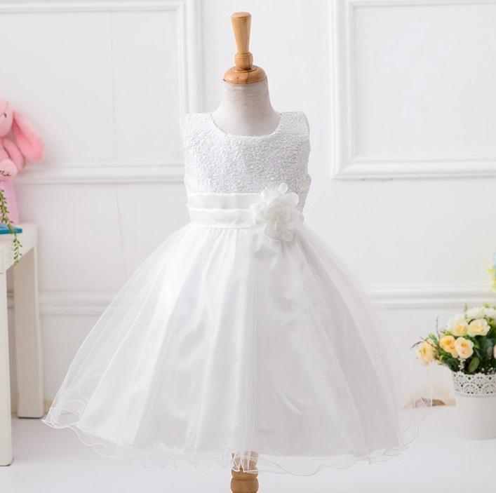 Balta blizganti suknelė